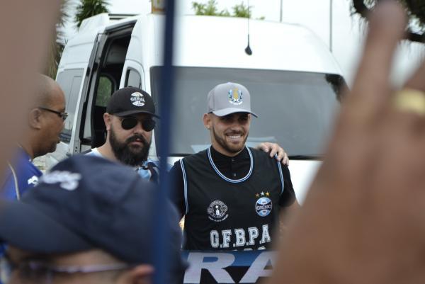 Vizeu chega para assinar com o Grêmio, é recebido com festa e promete gols à torcida