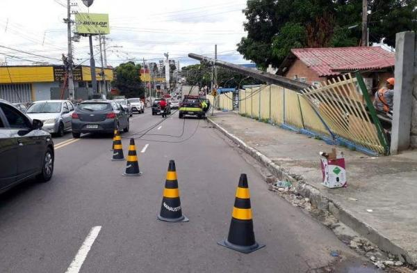 Poste tomba na sede da Prefeitura de Manaus e interdita via no bairro Compensa