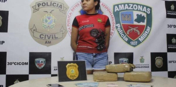 Após denuncia anônima, mulher é presa com drogas no Jorge Teixeira