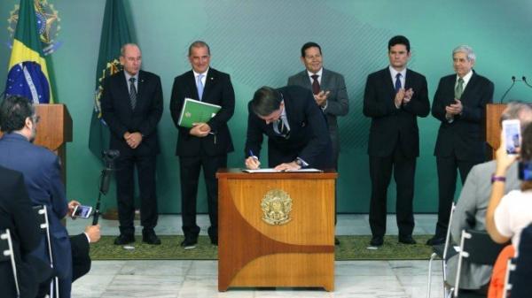 Decreto assinado por Bolsonaro facilita até quatro armas por cidadão
