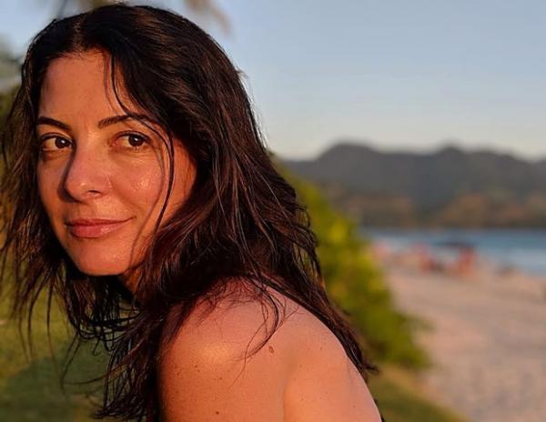 Aos 53 anos, Ana Paula Padrão exibe boa forma de biquíni