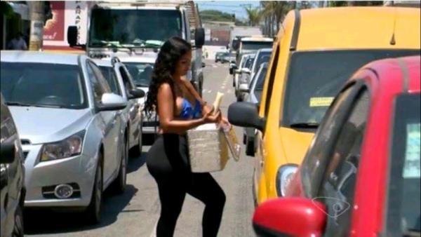 Mulher fatura mais de 100 reais por dia vendendo geladinho gourmet na rua
