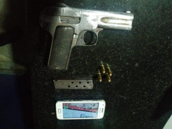 Criança de 11 anos é apreendida com revólver dentro de ônibus, em Manaus