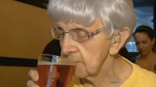 Senhora de 102 anos afirma que o segredo para viver mais é beber cerveja