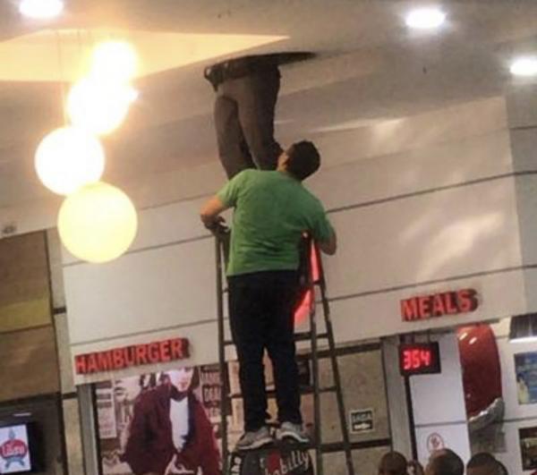 Operação tenta retirar ladrão preso há 36 h em tubulação de shopping