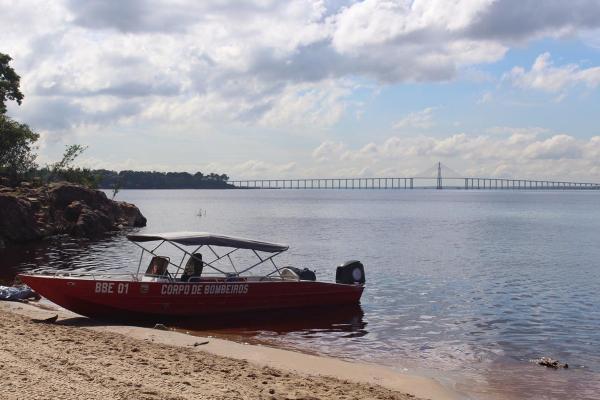 Mulher é encontrada morta e amarrada a galhos dentro do Rio Negro, em Manaus