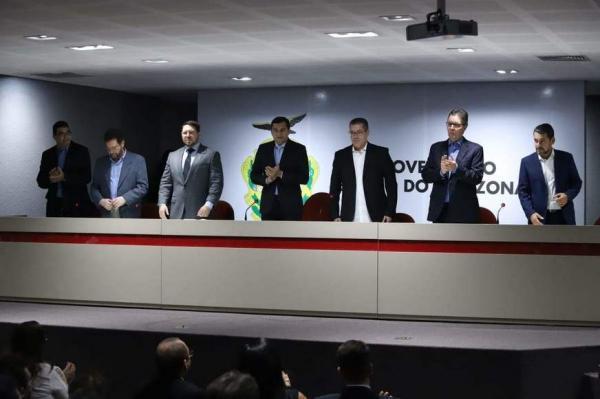 Wilson Lima empossa Luiz Castro na Seduc prometendo R$ 4 mi para reformar escolas