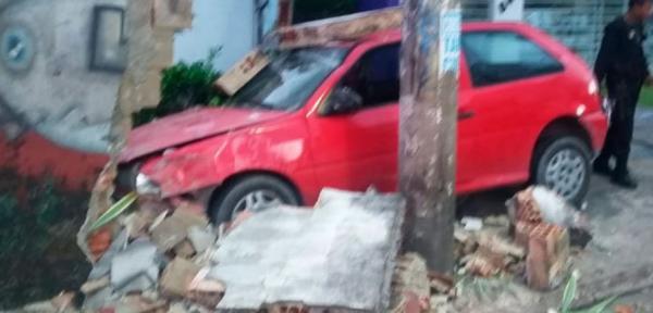 Embriaguez ao volante: motorista colide em muro de casa no Parque Dez
