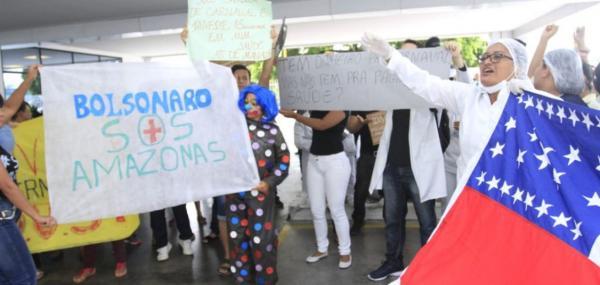 Com salários atrasados, terceirizados da saúde do AM fazem protesto