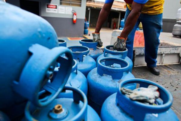 Com reajuste da Petrobras, gás de cozinha pode chegar a R$ 80 no AM
