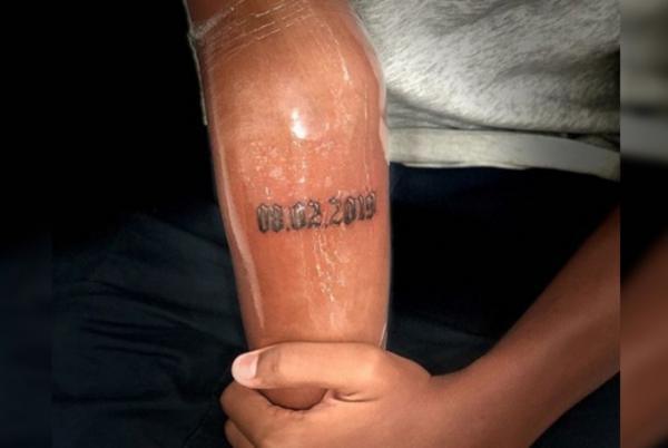 Jovem da base do Flamengo faz tatuagem em homenagem às vítimas do incêndio