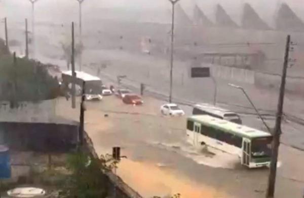 Forte chuva causa alagamentos e quedas de árvores em ruas e avenidas de Manaus