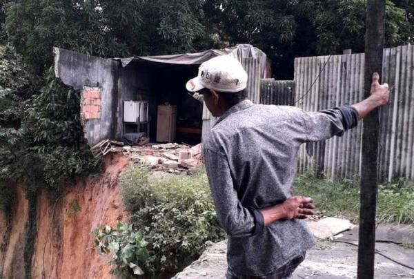 Morador escapa de tragédia após ter casa 'engolida' por cratera em Manaus