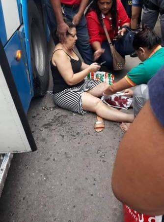 Mulher tem perna esmagada ao ser atropelada por ônibus no Centro, Manaus