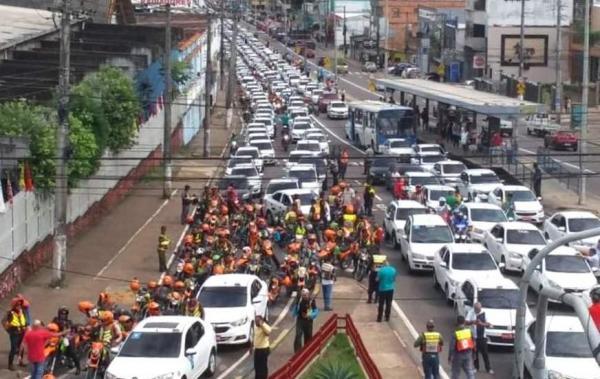 Taxistas e mototaxistas percorrem avenidas de Manaus durante manifestação