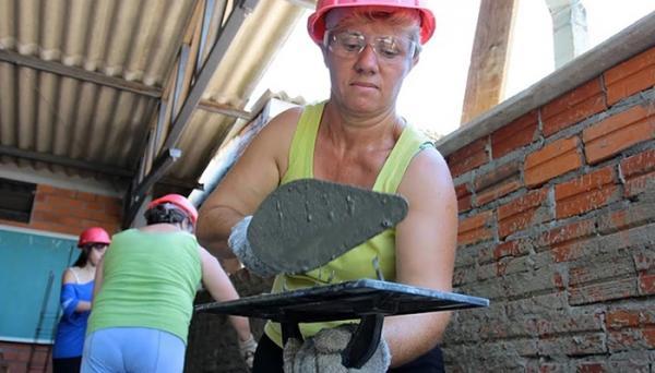 Pedreira Lia, sucesso nas redes, busca auxiliares mulheres para trabalhar com ela