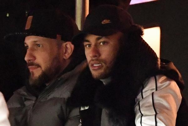 Neymar voltará ao Brasil por dez dias para seguir tratamento de fratura no pé