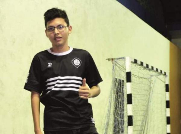 Jovem atleta supera paralisia cerebral através do futsal em Manaus