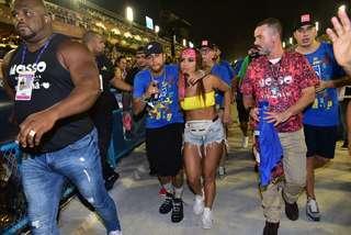 Anitta e Neymar se beijam em camarote e Marquezine se irrita