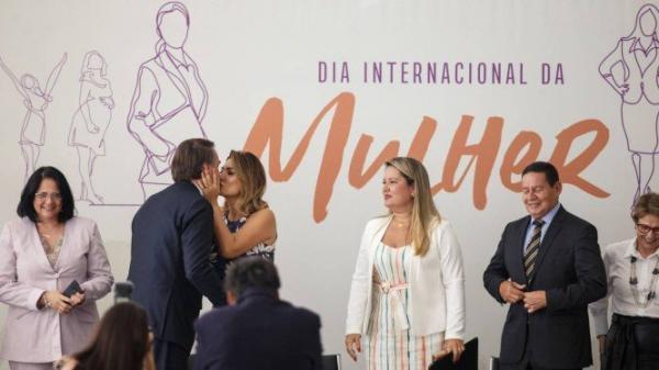 Bolsonaro minimiza baixo número de ministras: 'valem por 10 homens'