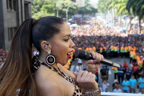 Anitta se pronuncia sobre acusações de racismo após confusão em bloco