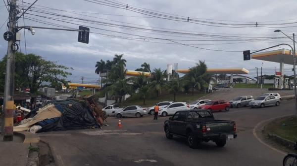Carreta com 28 toneladas de madeira tomba na Zona Sul de Manaus
