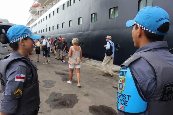 Navio atraca no Porto de Manaus com mais de 2 mil turistas nesta sexta-feira