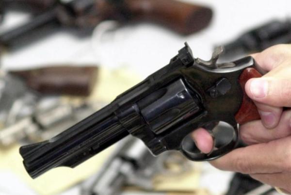 Menina de 10 anos se mata com a arma do pai