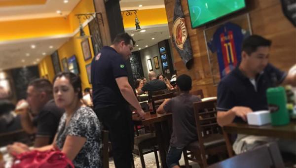 Garçom paga porção e refrigerante para menino poder assistir jogo em bar