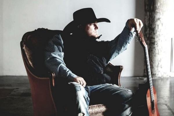 Cantor de country morre ao atirar em si mesmo na gravação de um clipe