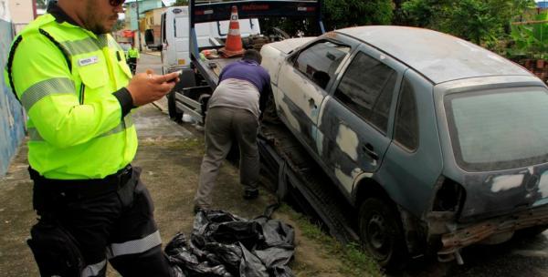 Operação Sucata remove carros abandonados das ruas de Manaus