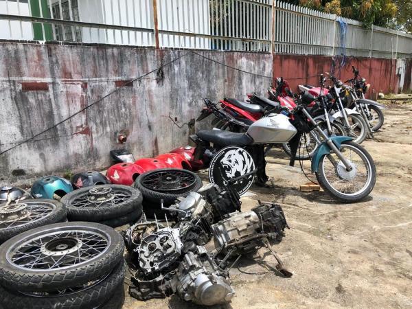 Homem é preso suspeito de manter oficina clandestina de desmanche de motocicletas, em Manaus