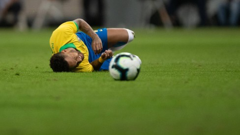 Neymar sente dor depois de romper os ligamentos do tornozelo direito Foto: Pedro Martins / Pedro Martins / MowaPress