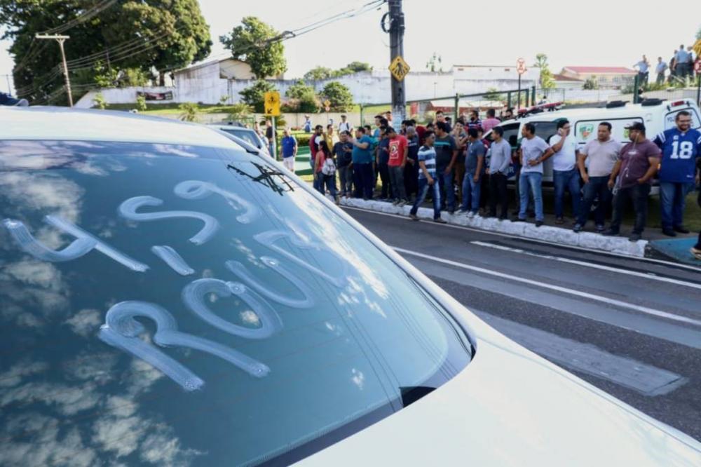 O grupo de motoristas protestou em frente a ALE, nesta terça-feira (11) (Foto: Yago Frota)