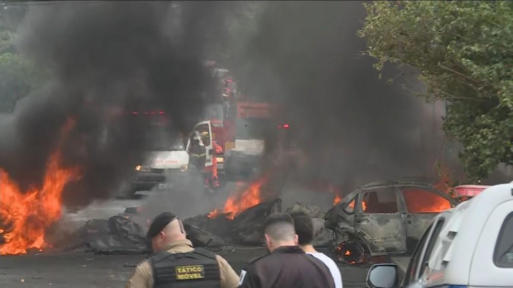 Avião de pequeno porte cai em bairro residencial de BH; três morrem