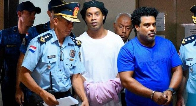 Ronaldinho terá que esperar perícia nos celulares para sair do Paraguai