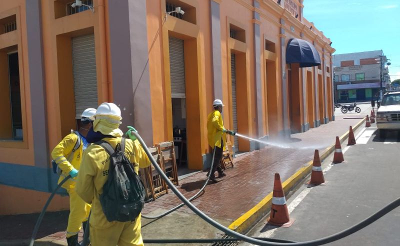 Após morte por coronavírus Parintins higieniza espaços públicos