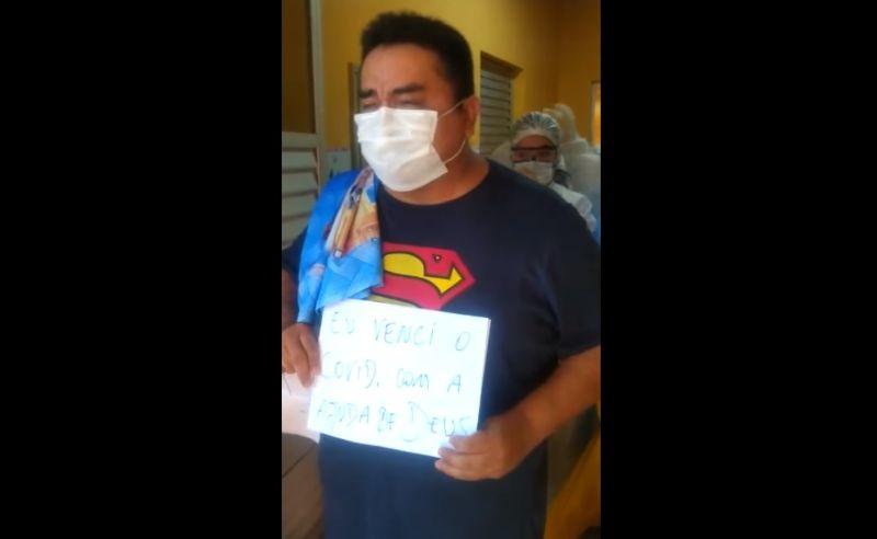 Emocionado, profissional da saúde homenageia colegas ao vencer covid-19, em Parintins