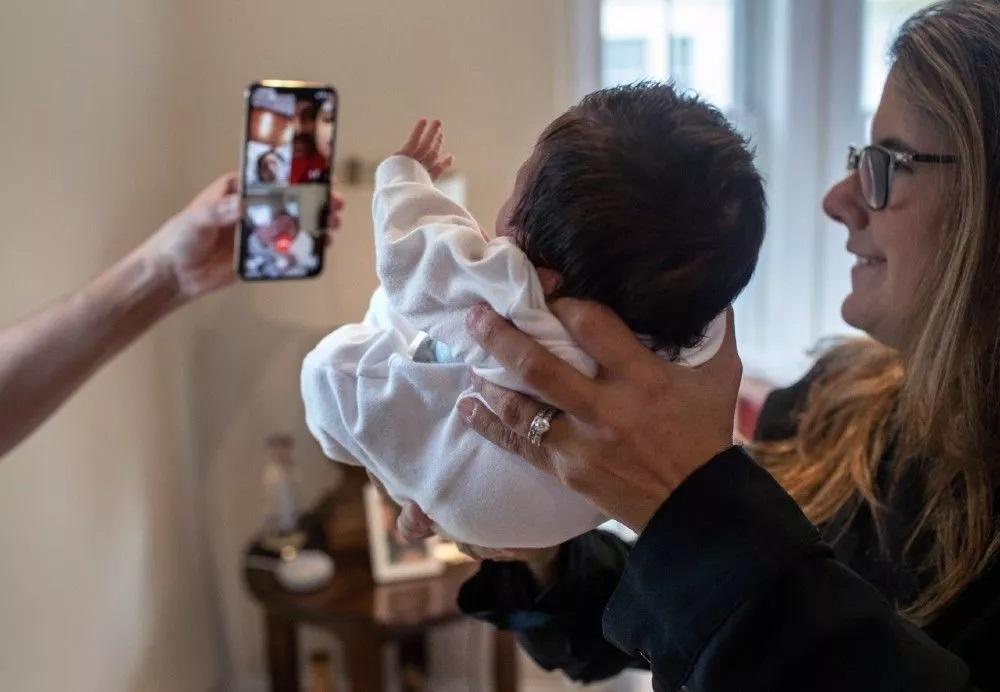 Após família de aluno contrair covid-19, professora cuida de bebê