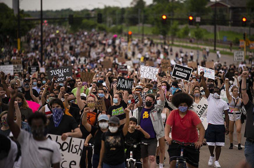 Morte de homem negro pela polícia causa indignação e protestos nos EUA