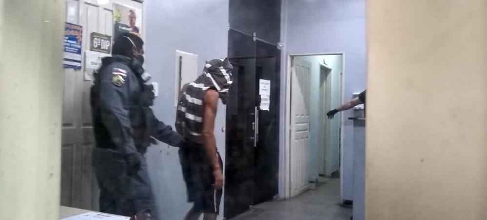 Dupla é presa com arma falsa e motocicleta roubada em Manaus