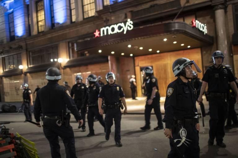 Em Nova York, Macy's e outras lojas são invadidas em mais um dia de protestos