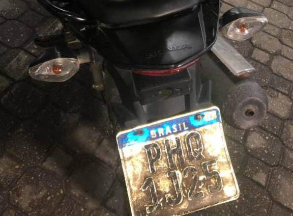 Dupla é detida por roubo de motocicleta com placa adulterada