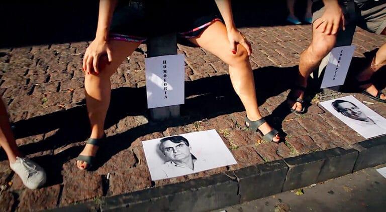 'Caguei e cagaria novamente', diz artista que defecou em cartaz de Bolsonaro