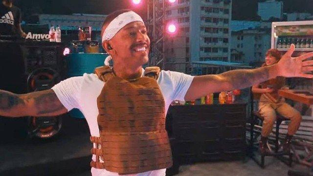 Nego do Borel usa colete à prova de balas de R$ 589 em live e chama atenção na web