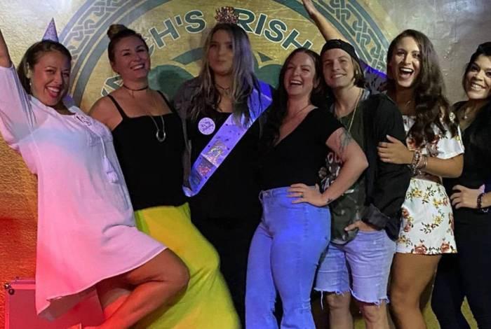 Grupo de 16 pessoas pega coronavírus após se reunir em bar para comemorar fim da quarentena