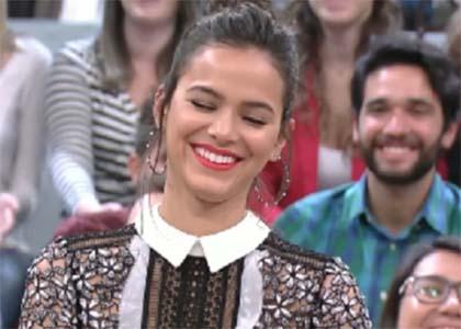 Bruna Marquezine fica lisonjeada com cantada fofa no programa 'Altas Horas'