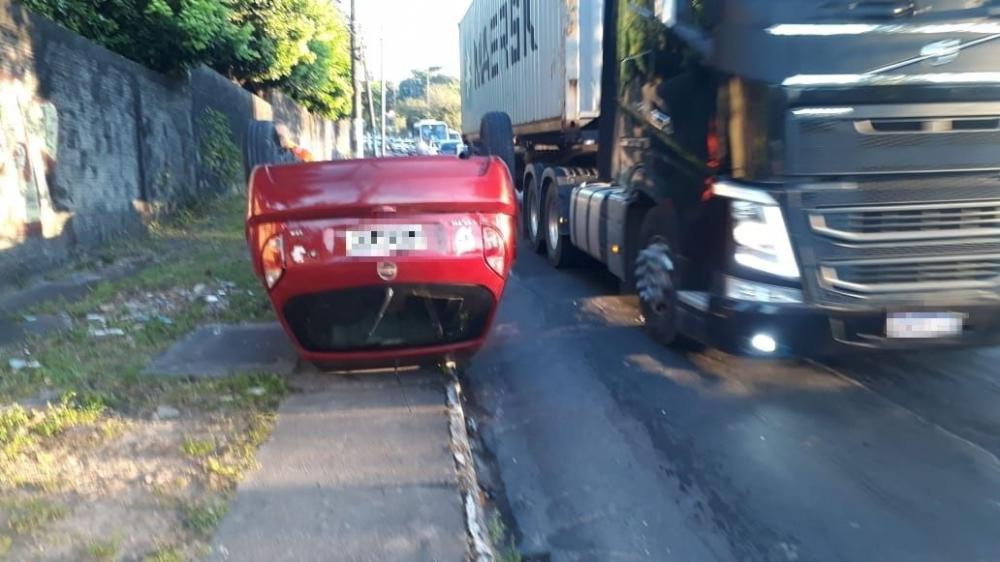 Carro capota e 'sobe calçada' na avenida Rodrigo Otávio