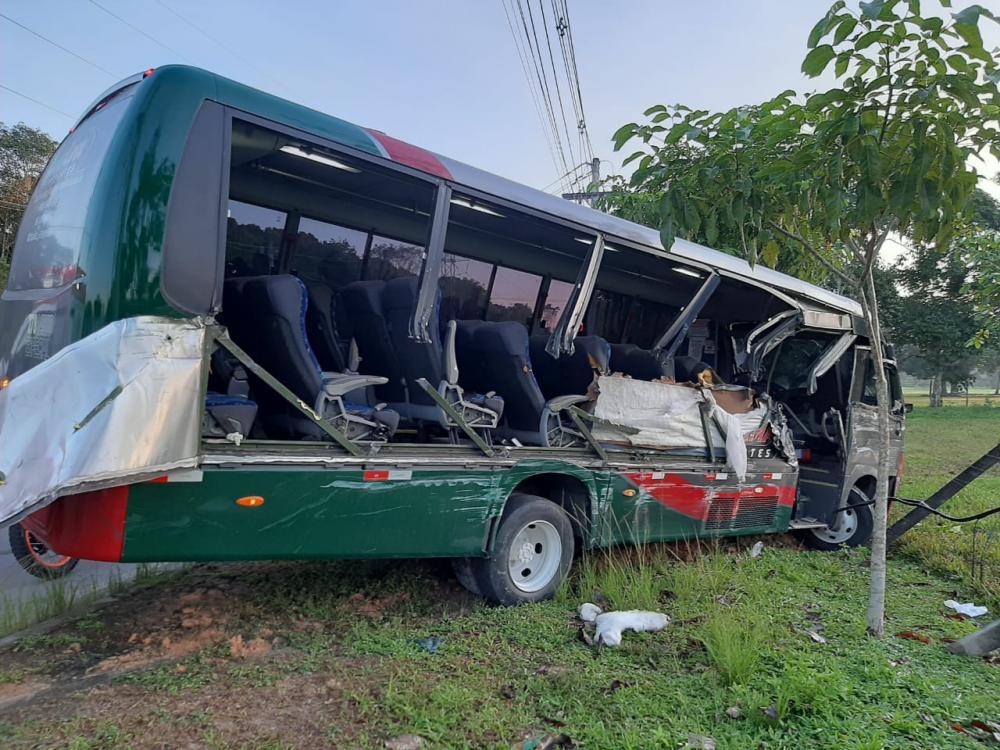 Passageiros ficam feridos após grave acidente na AM-010