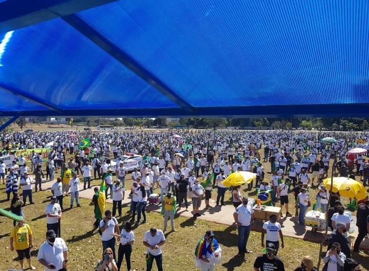 Em Brasília, manifestantes pró-armas fazem ato a favor de Bolsonaro